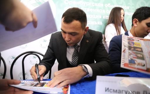 Дамир Исмагулов в числе почетных гостей раздает автографы на большом празднике казахской культуры в Оренбурге