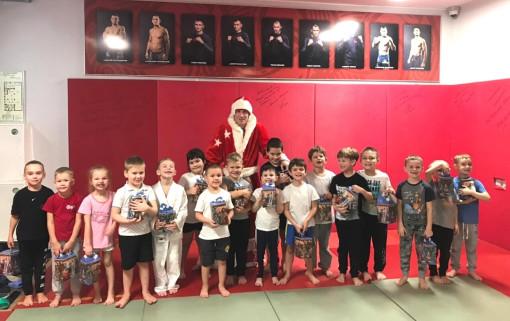 Тренировки у воспитанников клуба «Боец» ведёт сам Дедушка Мороз!